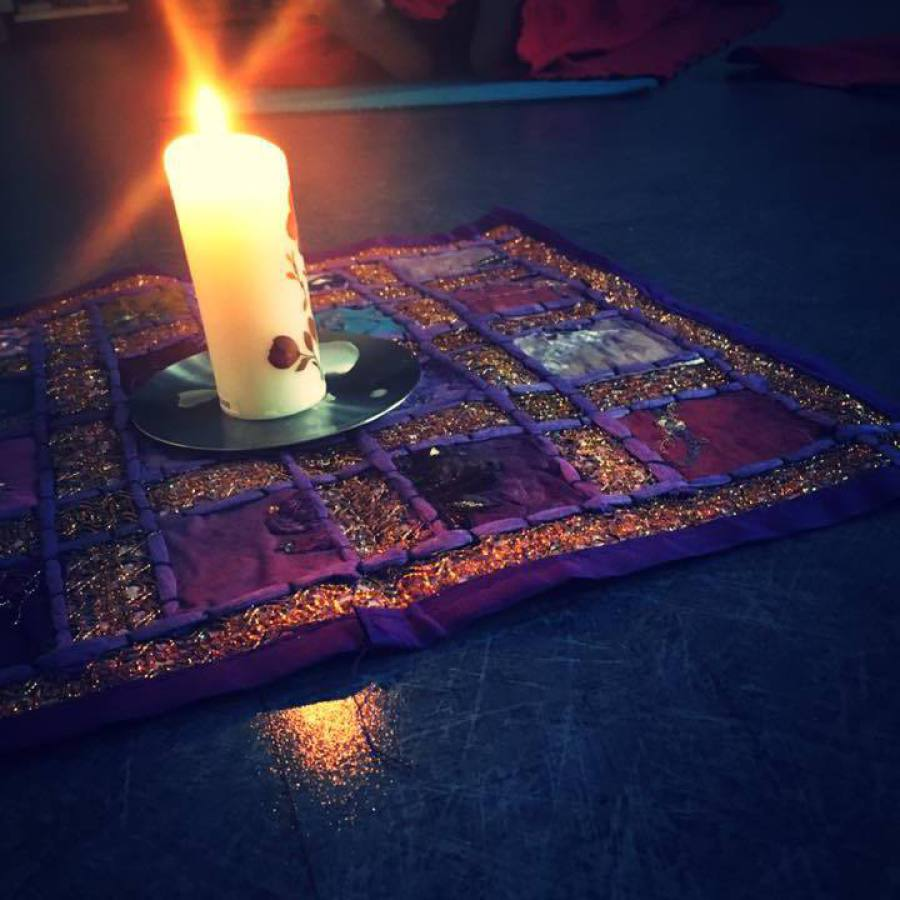 méditation à la flamme d'une bougie